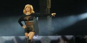 Video : Emosi, Rihanna Pukul Penonton Dengan Mic