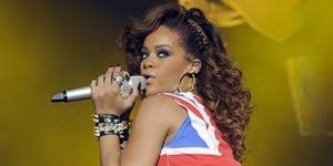 Wow! Rihanna Taburkan Ganja Diatas Kepala Pengawalnya ?