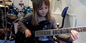 Zoe Thomson Gadis 8 Tahun Populer di Youtube Dengan Keahlian Gitarnya