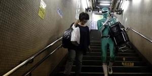 Aksi Nyata Power Ranger Hijau Beraksi di Stasiun Kereta Tokyo
