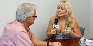 Wawancarai Wali Kota, Reporter ini Malah Pamer Payudara