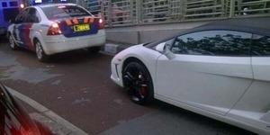 Aksi Lamborghini Dikawal Polisi Terobos Jalur Busway