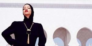 (Foto) Berpose Kurang Pantas dengan Jilbab, Rihanna Diusir dari Masjid