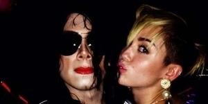 Foto Mesra Miley Cyrus dengan Hantu Michael Jackson