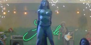Freida Pinto Menari Striptis di Video Bruno Mars 'Gorilla'