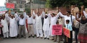 Muslim Pakistan Bergandengan Tangan untuk Lindungi Gereja