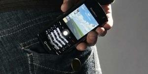Benarkah Mengantongi Ponsel Bikin Mandul?