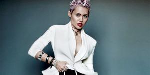 Aksi Kontroversi Miley Cyrus Tampilkan Simbol Penis untuk Promo Natal