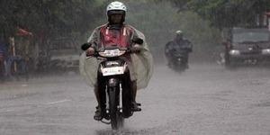 10 Tips Aman Bersepeda Motor di Jalanan Basah