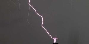Foto Patung Yesus Raksasa di Rio de Janeiro Brasil Disambar Petir