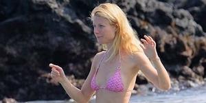 Liburan Bareng Chris Martin, Gwyneth Paltrow Seksi Berbikini Pink