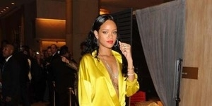 Rihanna Pamer Tubuh di Balik Gaun Kuning Super Seksi