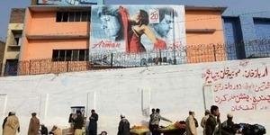 Asyik Nonton Film Erotis, Penonton Bioskop Pakistan Dilempar 3 Granat