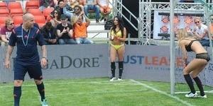 Aksi Para Gadis Seksi di Piala Dunia Lingerie