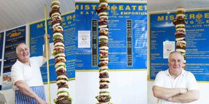 Mencicipi Burger Tertinggi di Dunia (6 Meter)