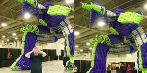 Patung Transformers Setinggi 15 Meter Terbuat Dari Balon!