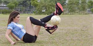 Aksi Juggling Bola Model Seksi Argentina Fiorella Castillo