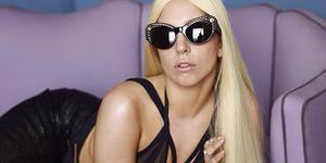 Lady Gaga Pamer Celana Dalam di Balik Gaun Transparan