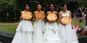 Sekelompok Wanita Cantik Singapura Jual Ciuman