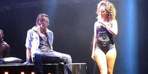 Aksi Goyang Vulgar Rihanna di Pangkuan Penonton Pria