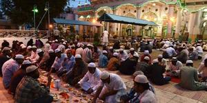 Muslim India Dipaksa Makan Saat Puasa