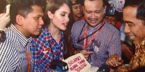 Cinta Laura Rela Naik Bajaj Demi Dukung Jokowi