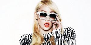 Foto CL 2NE1 Cium Desainer Chanel di Paris Fashion Week