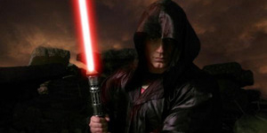 Foto Superman Genggam Lightsaber ala Jedi Star Wars