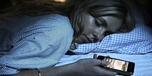 Awas! Ponsel Dekat Kepala saat Tidur Berisiko Kanker