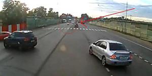 Biker Ngebut Nyaris Tabrak Mobil