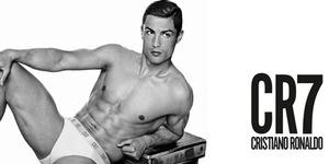 Poster Raksasa Cristiano Ronaldo Topless Pamer Celana Dalam
