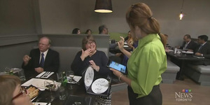 Di Restoran ini Pelanggan dan Pelayan Berkomunikasi dengan Bahasa Isyarat