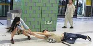 Lebih Pilih iPhone, Pria China Diseret Pacar Sepanjang Stasiun