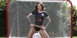 Model Seksi Bodypainting Promosikan Jersey Ayr United