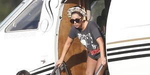 Turun dari Jet Pribadi, Lady Gaga Lupa Pakai Celana?