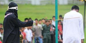 9 Penjudi di Aceh Dihukum Cambuk, Beberapa Melawan Algojo