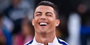 Foto: di Indonesia, Cristiano Ronaldo Berak di Sungai Pakai Sarung