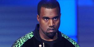 Kanye West Minta Fans Berkursi Roda Berdiri di Konsernya