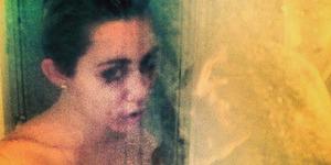 Miley Cyrus Unggah Foto Topless ala Sky Ferreira