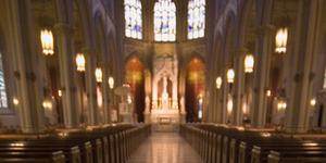 Pria Bugil Masuk Gereja dan Membakar Altar dengan Miras