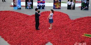 Pria China Lamar Kekasih dengan 9.999 Cabai