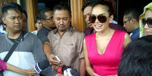 Foto Belahan Dada Seksi Nikita Mirzani di Sidang Cerai Perdana