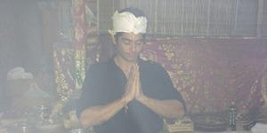 Foto Lavanya Bhardwaj 'Sadewa' Mahabharata Ibadah di Pura Ambengan Bali