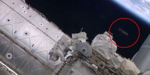 Penampakan UFO Mengawasi Dua Astronot NASA di Luar Angkasa