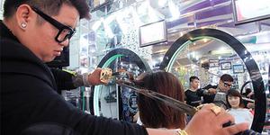Tukang Cukur Ini Potong Rambut Pelanggan Dengan Samurai!