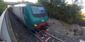 Video Remaja Italia Hampir Tewas Terlindas Rel Kereta Api
