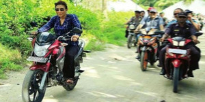 Aksi Menteri Susi Kendarai Motor Megapro Tanpa Helm