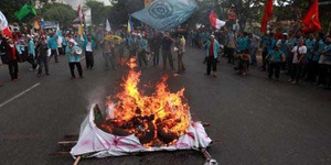 Demo Mahasiswa Jember Bakar Patung Jokowi-JK