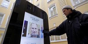 Tim Cook Gay, Rusia Cabut Patung iPhone Karena Mengandung Unsur Homoseksual