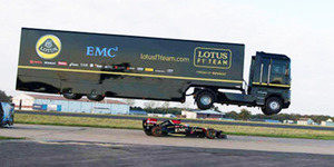 Video Truk 16 Ton Lompati Mobil F1